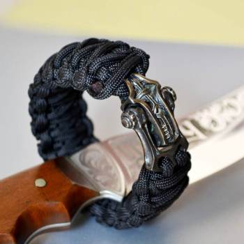 Фото мужской плетеный браслет из паракорда