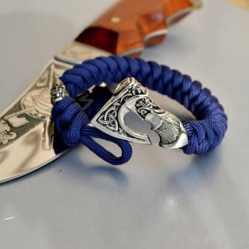 Фото синий паракордовый браслет с бусиной череп