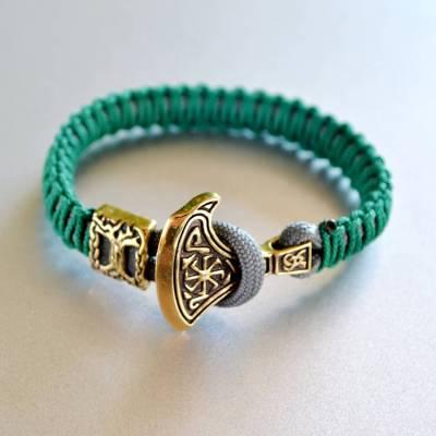 Фото зелёный браслет из паракорда с секирой Перуна