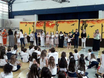 Alunos do Compa e convidados assistem a peça 'Somos todas Maria'.