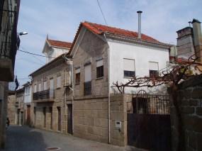 Casa erigida em 1892 pela família Pinto, hoje habitada pelo seu proprietário José Alves Almeida.