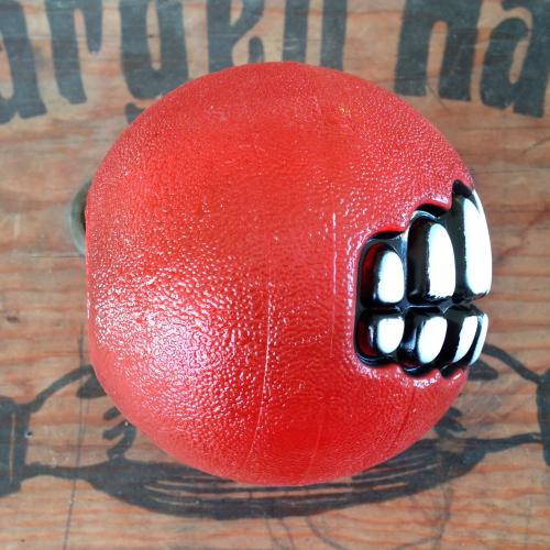en bild på grinz boll röd