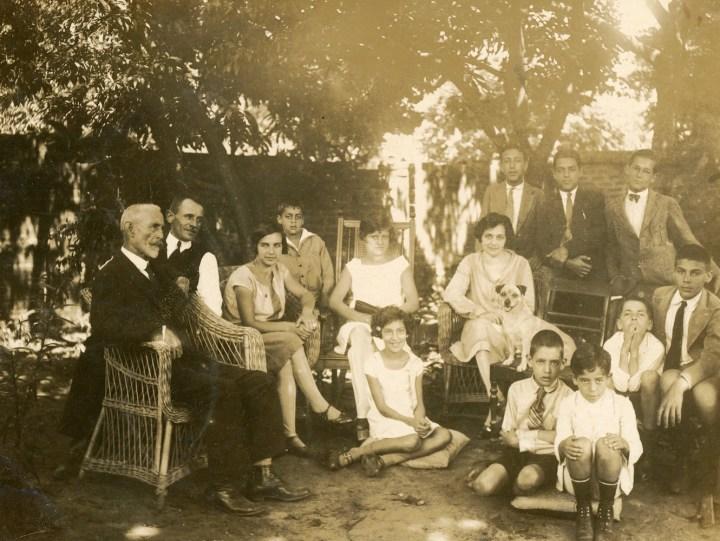 Villa Americana, c. 1929: à esquerda, em primeiro plano, Francisco Lapierre; sentada ao seu lado, Luiza Santiago.