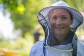 Minustako mehiläistenhoitaja? Kuvaaja: Milla von Konow
