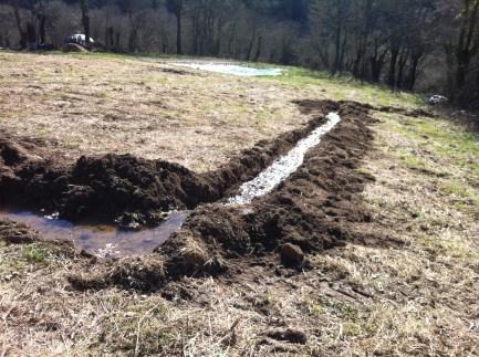 la source déborde : l'eau est reconduite vers son cours naturel