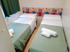 camera con letti singoli mobile home