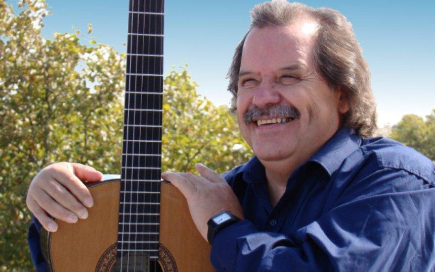 Carlos Benavides y su banda en concierto