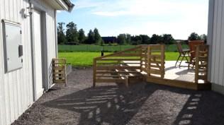 Två grindar öppna, enkelt att passera både till altanen och odlingarna och resten av tomten.