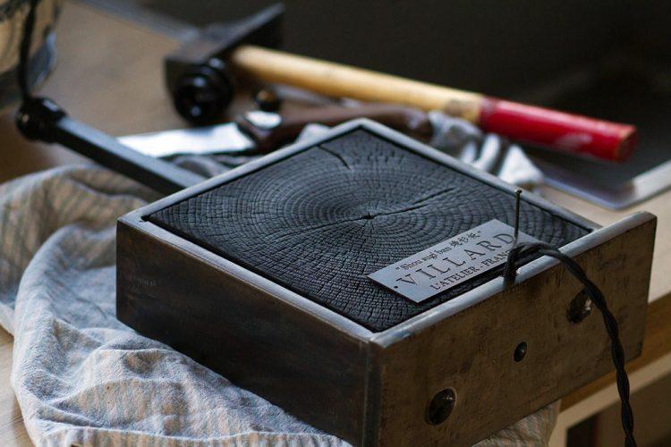 La plaque en laiton gravé de l'Atelier Villard.