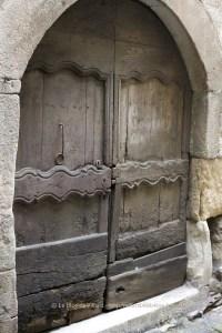 Porte ancienne dans le nord-ouest de l'Aveyron