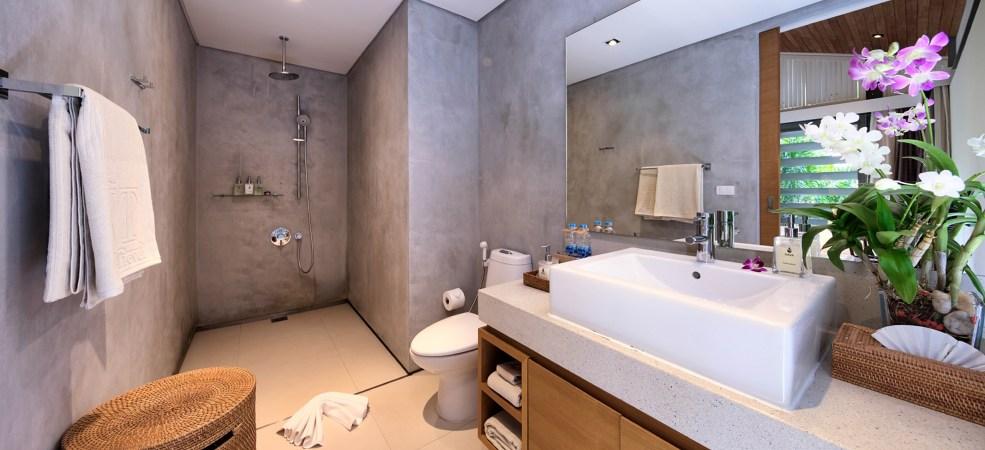 Upstairs Spacious Bathroom