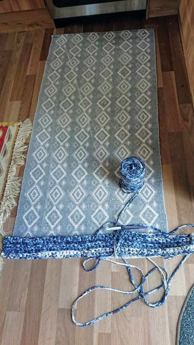 En blå matta i spagettigarn