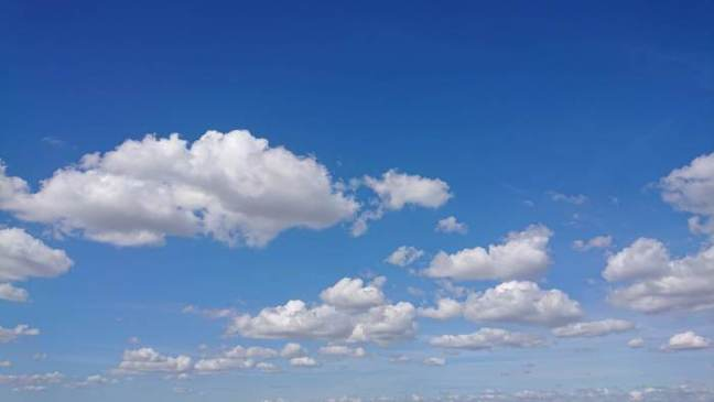 Blå himmel med molntussar
