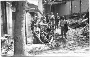 soldats et civils sur allees