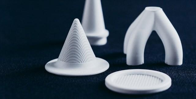 Valkoisia erimuotoisia objekteja: kolmijalka, littana, suippokärkinen lieriö tms.