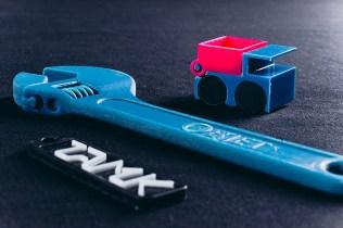 Sininen työkalu ja muovisia kappaleita