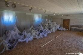 I ett av huset fanns en konstutställning. Tur att jag inte är spökrädd. Men det skulle kanske förställa något annat.