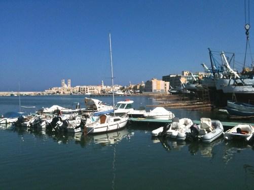 Blick von der Mole Penello über den Hafen zur Altstadt