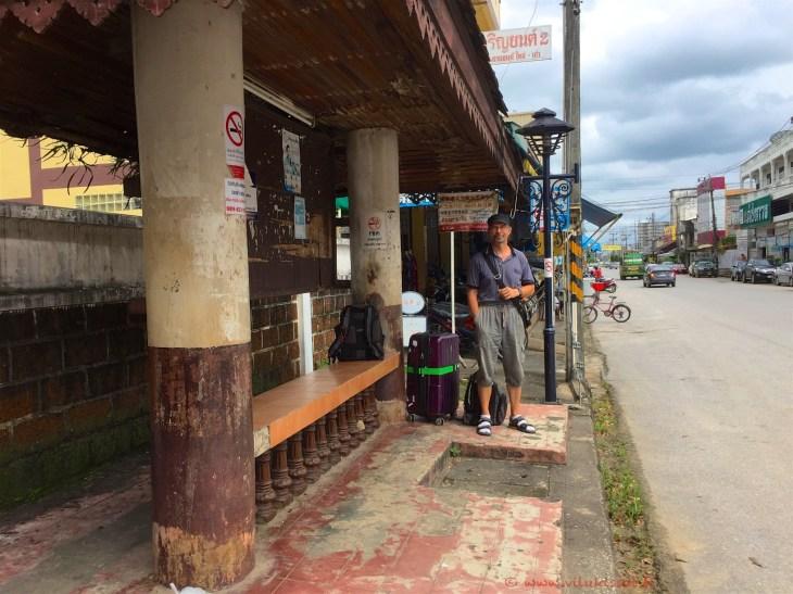 Bussipysäkillä Thaimaa