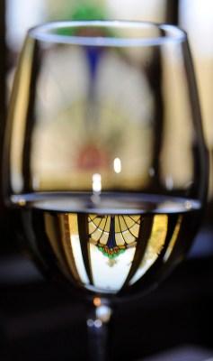 Verre peu rempli pour que la température du vin augmente