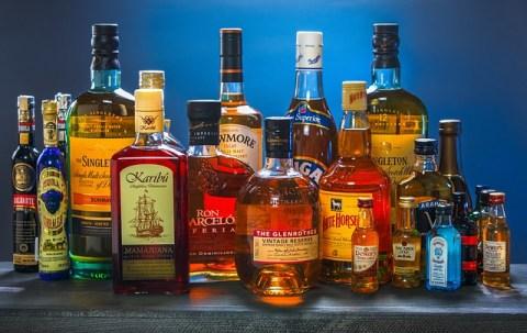 Beaucoup de bouteilles d'alcools forts