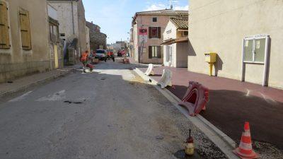 travaux devant le panneaux d'annonces municipales à vinassan