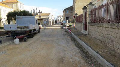 camion et travaux dans les rues de vinassan