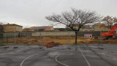 cours de l'école et vue sur le chantier de la garderie