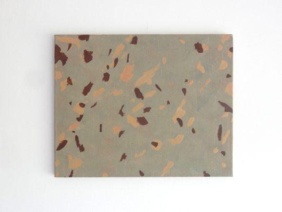 schilderij van bruine en zandkleurige vlekken op een grijze achtergrond