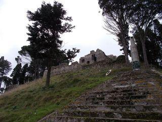 A sinistra il Castello con il Monumento ai Caduti (opera di Fortunato Longo, nipote dei Jerace e Morani)