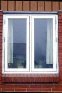 Sidehængte vinduer i pvc, egetræ og fyrretræ