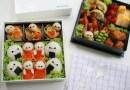 Мать готовит креативные обеды в виде героев из мультфильмов для своих детей.