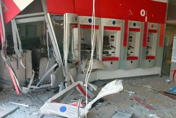 kak snimayut dengi s bankomatov v raznyx stranax mira_vinegret (10)