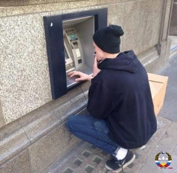 kak snimayut dengi s bankomatov v raznyx stranax mira_vinegret (16)