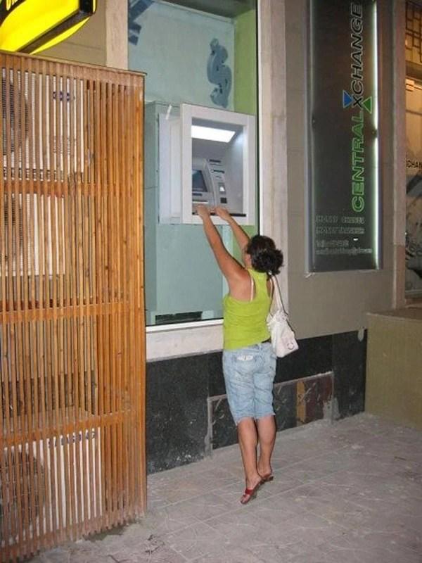 kak snimayut dengi s bankomatov v raznyx stranax mira_vinegret (17)