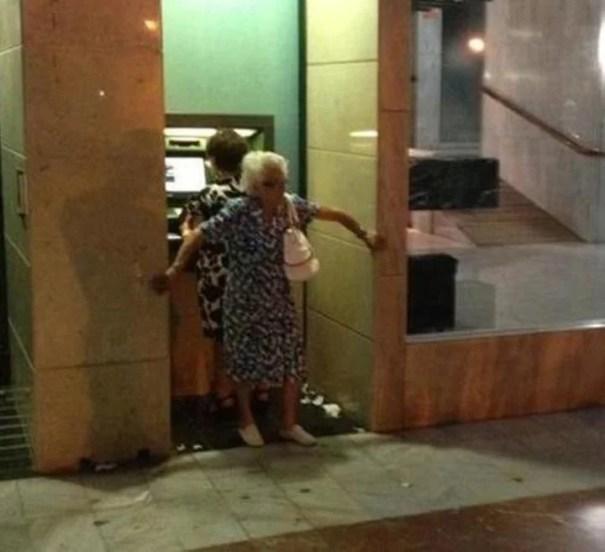kak snimayut dengi s bankomatov v raznyx stranax mira_vinegret (4)