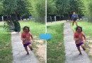 Интернет взорвала фотография девочки, которая бежит от павлина.