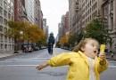Фотографию, где Питер Динклэйдж катается на самокате, фотошопят все кому не лень.