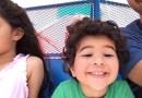 Видео: Этот мальчонка излучает лучи счастья, когда папа забирает его из школы.