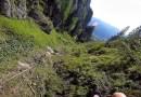 На ресурсе Vimeo опубликовали ролик, в котором запечатлен спуск с горного склона с парашютом от первого лица.