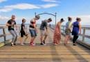 Видео: Парнишка из США во время своего путешествия станцевал со 100 разными людьми.