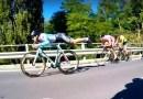 Видео: Проделав цирковой трюк, велосипедист обошел в гонке своих конкурентов.