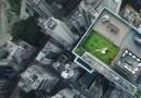 Дрон случайным образом запечатлел лежащих на крыше дома в Гонконге молодоженов.