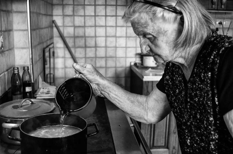 fotograf-pokazala-odin-den-iz-zhizni-svoej-babushki-vinegret-13