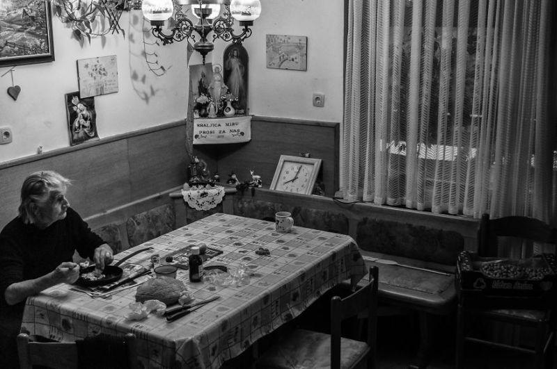 fotograf-pokazala-odin-den-iz-zhizni-svoej-babushki-vinegret-38