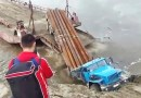 Видео: Груженный трубами грузовик не смог заехать на баржу и ушел под воду.