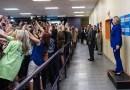 Фотография, на которой избиратели стоят повернутыми спиной к Хиллари Клинтон, стала вирусной в Сети.