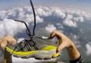 Видео: Парашютист теряет обувь, но потом каким-то чудом кроссовок возвращается к владельцу.