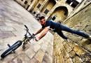 Видео: Удивительный паркур на велосипеде на улицах Барселоны.