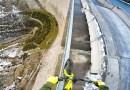 Чистое безумие: Этот экстремал проехался по тонкой оградке, расположенной на вершине 200-метровой дамбы. [Видео]